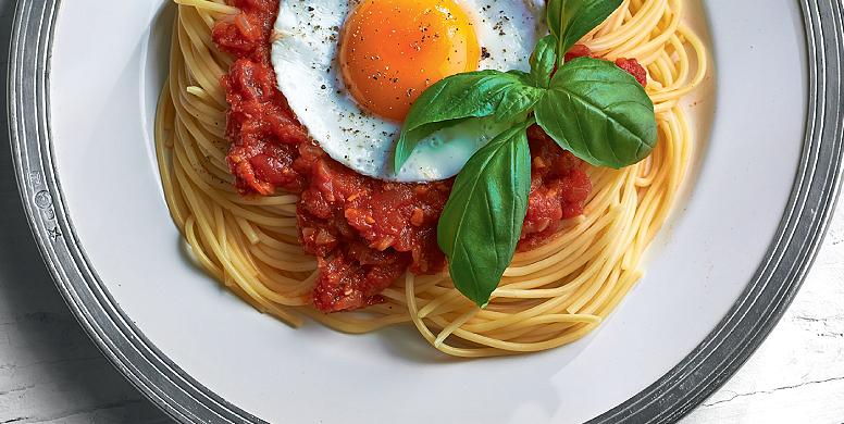 Σπαγγέτι με κόκκινη σάλτσα και τηγανητό αυγό